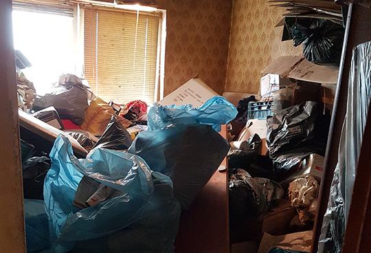 Zugemüllte Wohnung vor der Entrümpelung